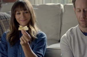 Rashida Jones Finds Things to Do While Buffering for Verizon's FiOS Ad