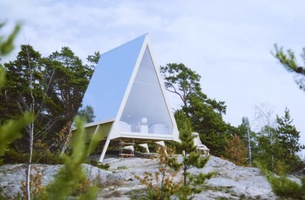 This Gorgeous Luxury Cabin Is an Outdoor Ad That Runs on Renewables