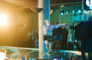 Singer Julie Bergan Surprises SAS Customers with Baggage Carousel Performance