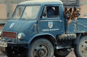Eric Cantona and Team of 'Alsace-tian' Dogs Deliver Beer in New Kronenbourg Ad