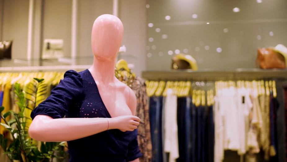Tieté Plaza Shopping Mall's Fashion Store Mannequins Teach Breast Self-Exam