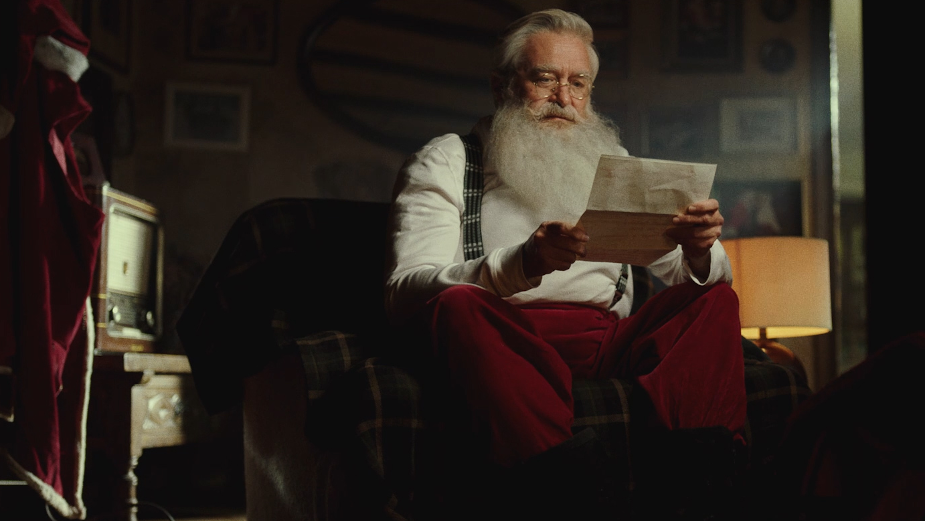 Toys 'R' Us Iberia Gives Santa a Christmas Break with Stay at Home Message