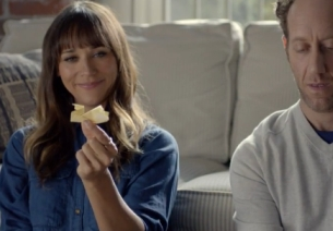 Rashida Jones Finds Things to Do While Buffering for Verizon's FiOS Ad