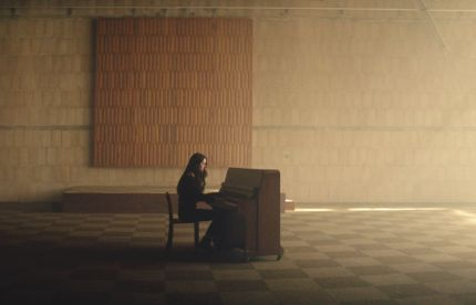 Jasmine Thompson Reminisces 'Old Friends' in New Promo from Favourite Colour: Black