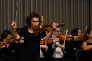 Rhea Perlman Joins an Orchestra in Her Commercial Debut for BNY Mellon