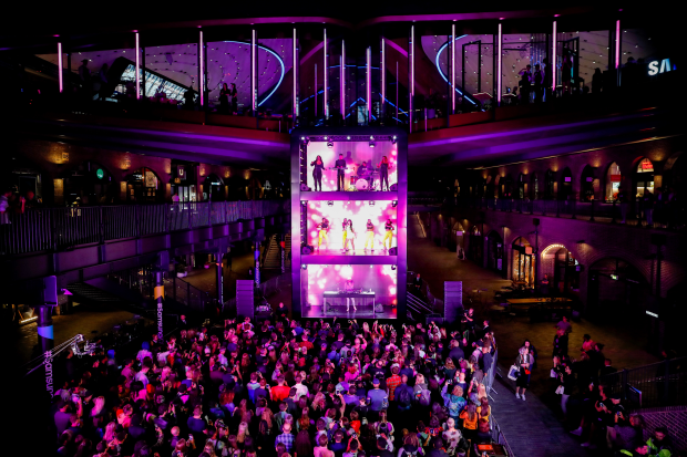 Iris Helps Launch Samsung KX with the World's First Vertical Stage Gig